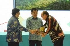 Bupati Tabalong H. Anang Syakhfiani menerima Piala Adipura yang diserahkan oleh Wakil Presiden RI H.M. Jusuf  Kalla di Gedung Manggala Wanabakti Jakarta Pusat